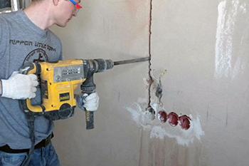 Штробление стены на кухне